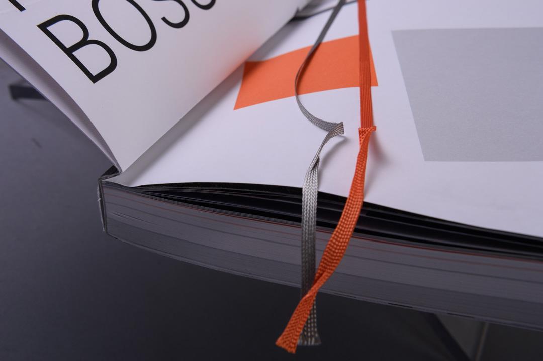 HUGO BOSS Geschäftsbericht 2016 paperkate mit Lesebändchen grau und orange