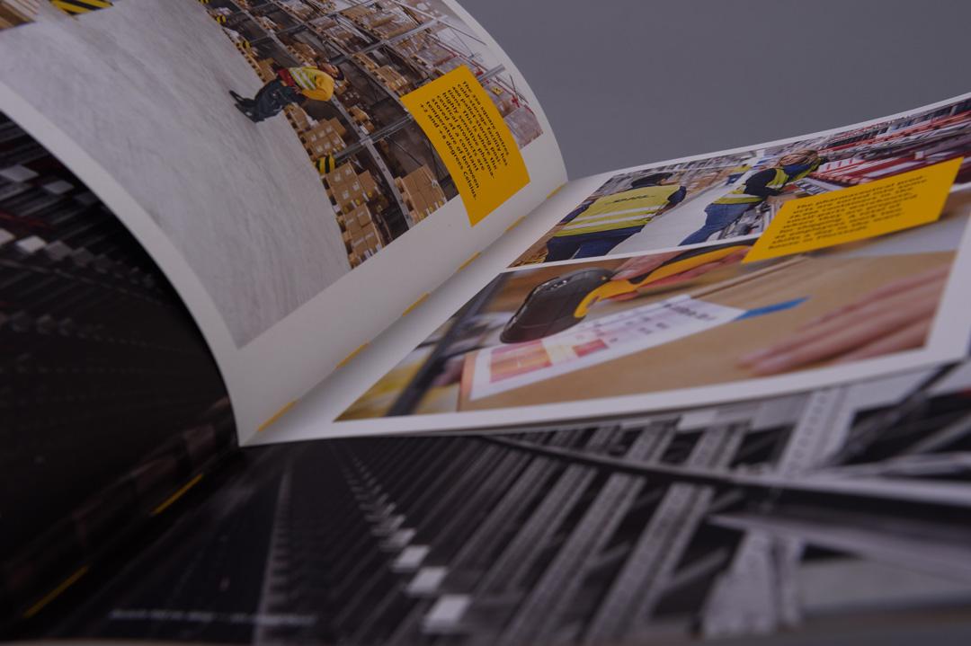 Deutsche Post-Geschäftsbericht mit gelbem Faden